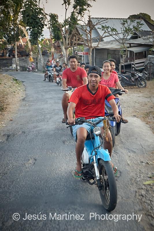 Jóvenes balineses en moto