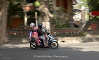 Familia balinesa en moto